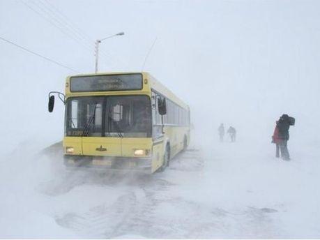 Застрял в снежном сугробе туристический автобус