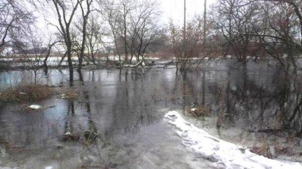 В Зугрэсе повреждена дамба: местные дома затоплены
