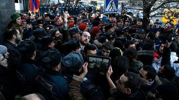 У Вірменії — масові безлади через злочин російського солдата (Стрім)