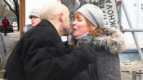 Російський журналіст цілує активістку