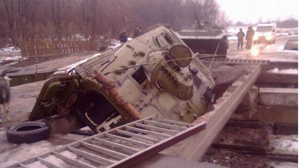 Бронетехніка бойовиків провалилася на мості