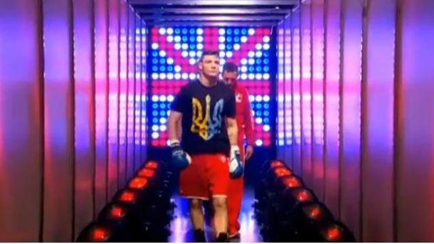 Британский боксер вышел на ринг в футболке с тризубом