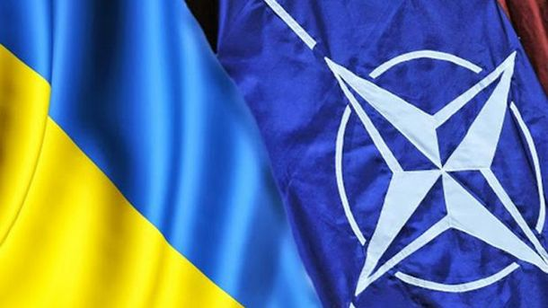 Прапори України і НАТО