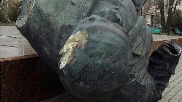 В Бердянске неизвестные в камуфляже снесли памятник Ленину