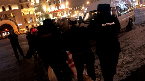 Поліція затримує протестувальників
