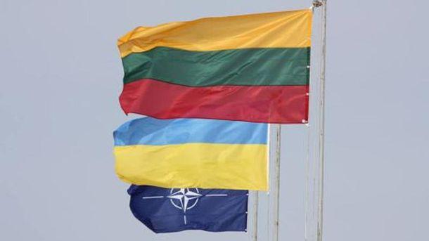 Прапори Литви, України та НАТО