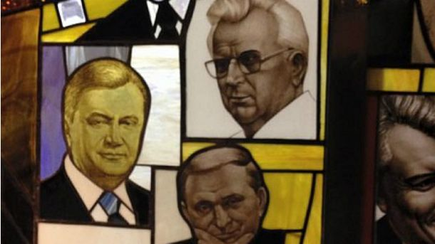 """Янукович, Кравчук та Ківалов """"красуються"""" на вітражі суду"""