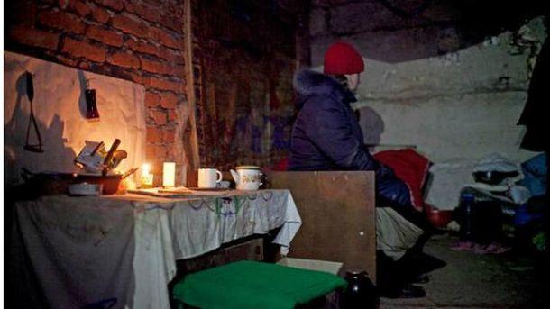 Жителька Донбасу ховається від обстрілів
