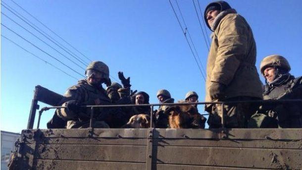 Украинские военные во время выхода из Дебальцево