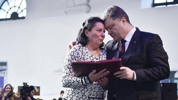 Президент с мамой Героя Небесной сотни