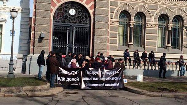 Під Нацбанк у Києві принесли шини: хочуть відставки Гонтаревої
