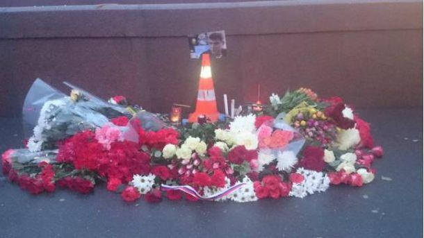 В Киеве несут цветы к посольству России в память о Немцове