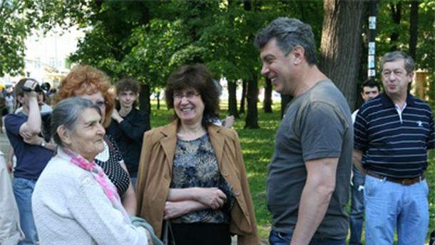 Нємцов з мамою (на фото зліва)
