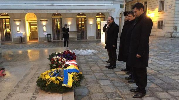 Олександр Щерба (крайній справа) покладає вінки до пам'ятника жертв Голокосту