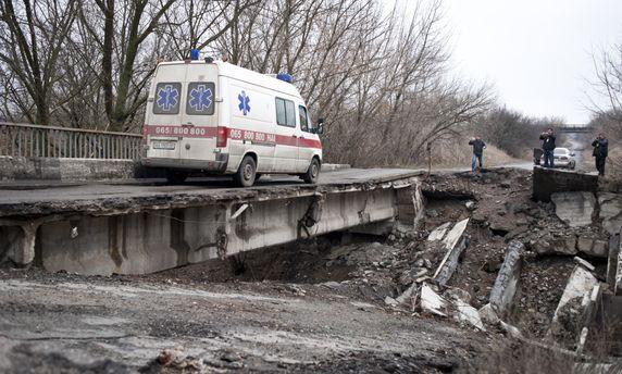 Зруйнований міст в  Луганській області