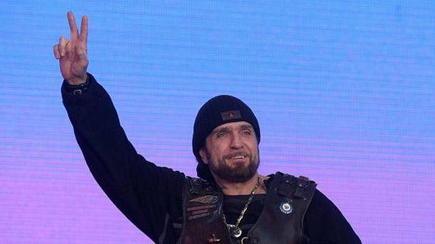 Хирург на сцене во время празднования аннексии Крыма