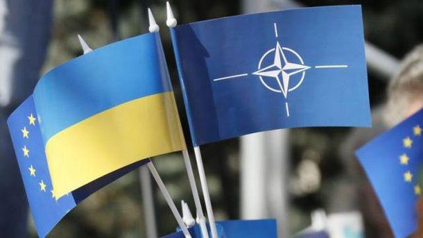 Прапорці НАТО та України