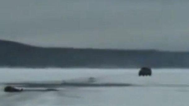 Машина едет по замерзшему озеру