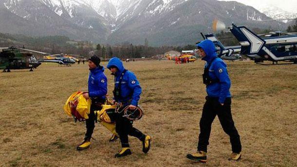 Спасатели вблизи от места катастрофы во Франции