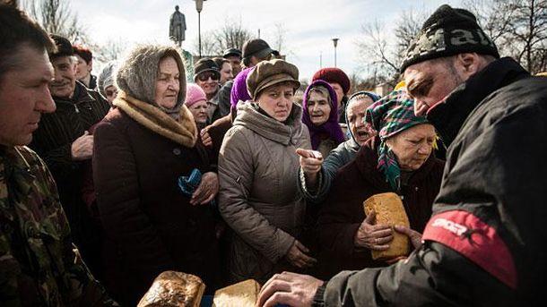 Террористы выдают хлеб в Чернухино