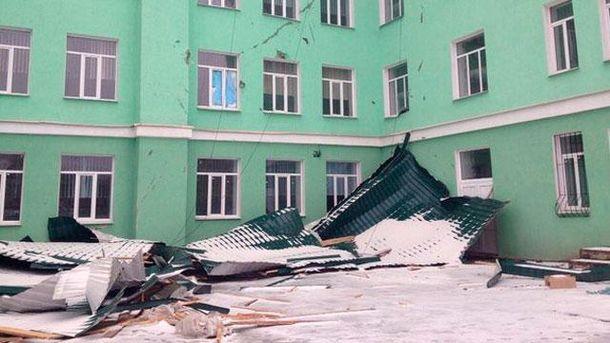 В Луганске ветер снес в школе крышу