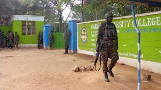 Кенийские военные патрулируют университет