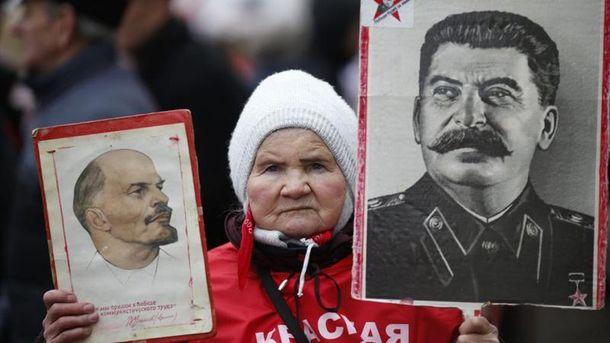 Бабушка с портретами Ленина и Сталина