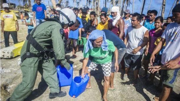 Філіппінці готуються до негоди