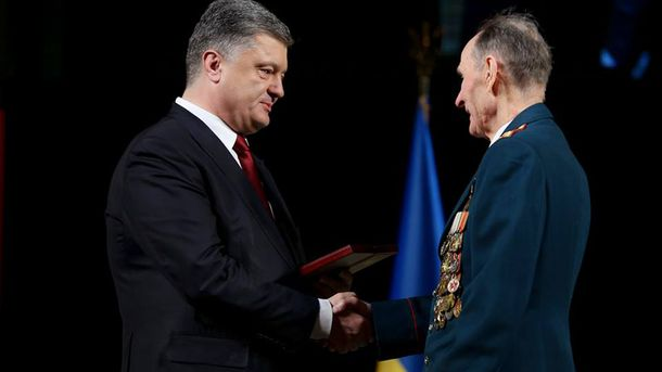 Петро Порошенко нагороджує ветерана