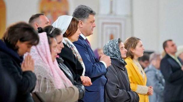 Петр Порошенко с женой в церкви