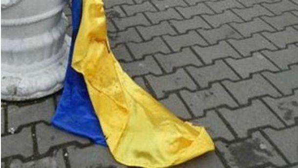 У Костянтинівці чоловік зірвав прапор