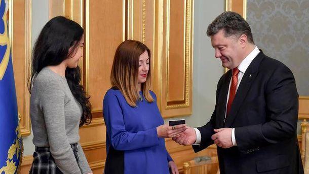Порошенко вручив паспорт України Сергацковій