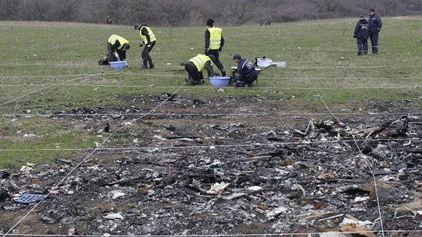 На місці катастрофи MH17 відновились пошукові роботи