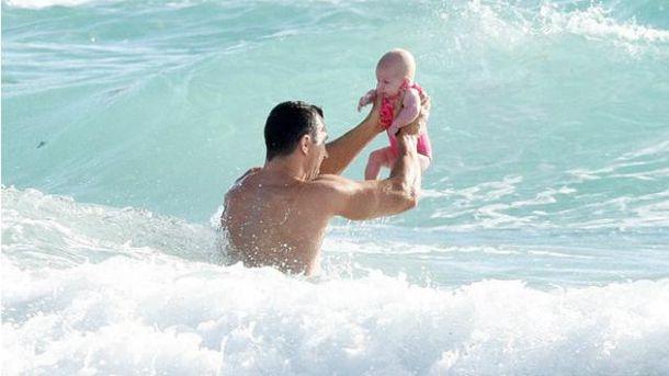 Кличко поплавал с маленькой дочкой в Атлантическом океане