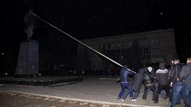 Активисты валят памятник