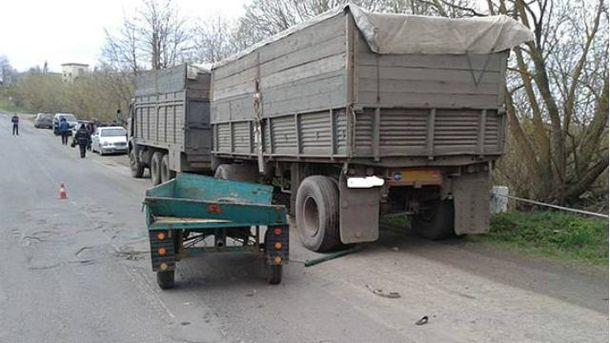 """ДТП в Винницкой области: под колесами """"КамАЗа"""" погибли два человека"""
