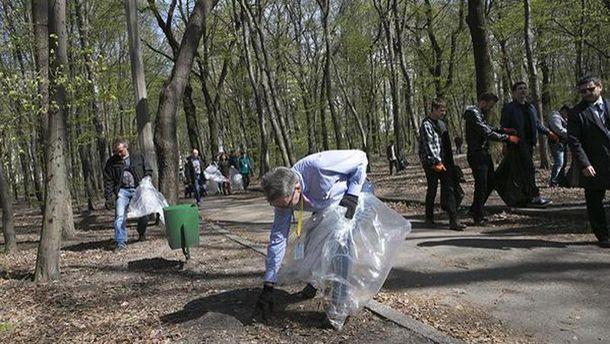 Джеффрі Пайєтт прибирає парк у Києві