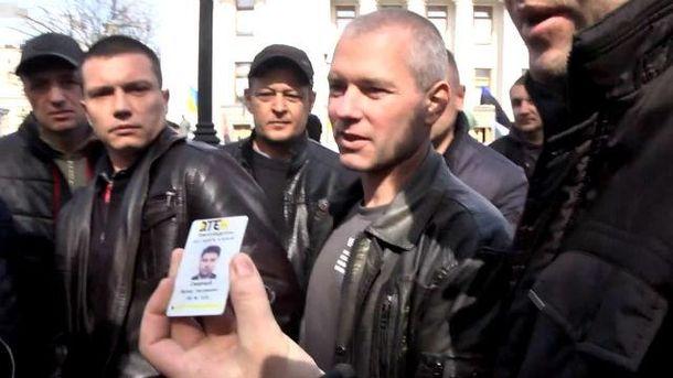 Шахтер с удостоверением компании ДТЭК на протестах в Киеве