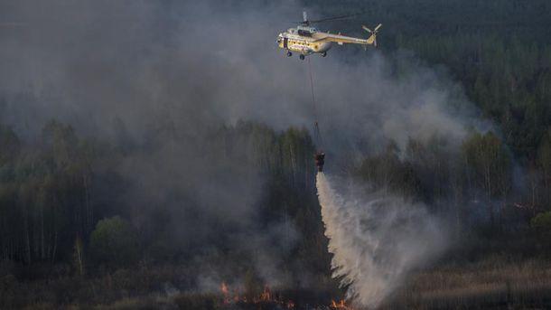 Вертольот гасить пожежу