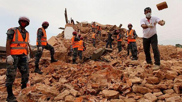 Рятувальники розбирають завали у Непалі