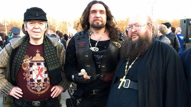 Александр Залдостанов (в центре)