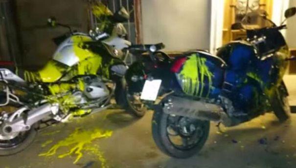 Облиті фарбою мотоцикли