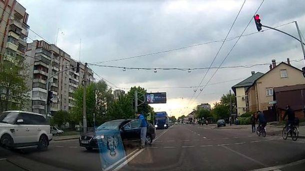 Пешеход говорит с нарушителем