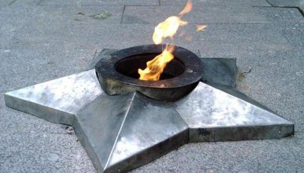 В России сожгли в Вечном огне венки и поджарили на нем картошку