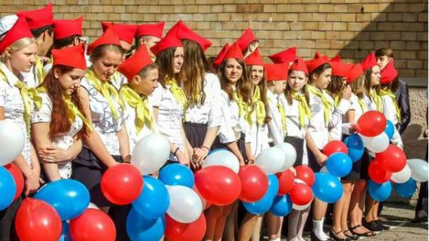 Пионеры и кокошники: как провели последний звонок в Донецке