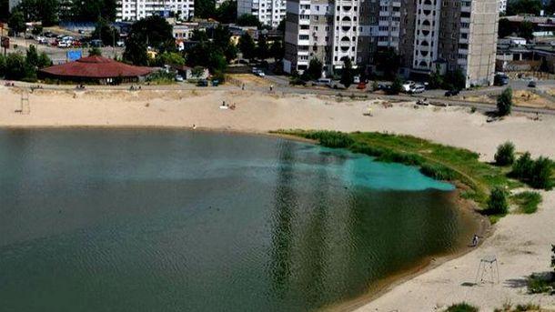 Озеро у Києві раптово посиніло
