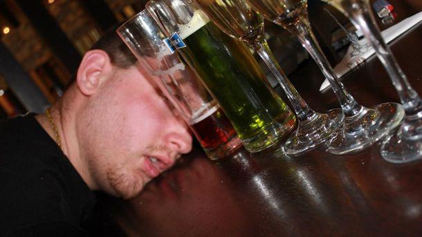 Чоловік заснув на барній стойці