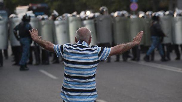 Протестующий в Армении
