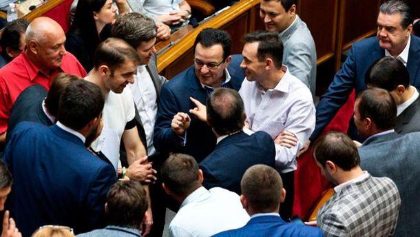 Депутаты в парламенте