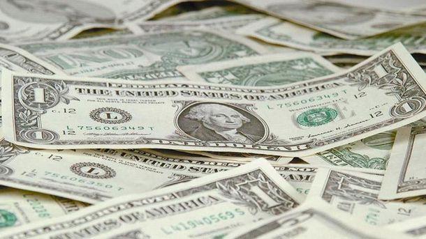 Украинцы массово сдают доллары